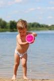мальчик пляжа немногая играя Стоковые Фото