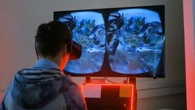 Мальчик подростка играя имитатор виртуальной реальности skydive стоковые фото