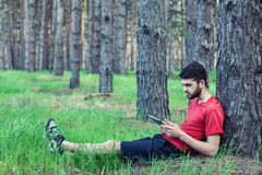Мальчик под деревом стоковые фото