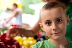 мальчик покупая милые овощи стоковые изображения