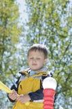 Мальчик получая готова ударить T-Ball Стоковые Фото