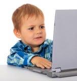 Мальчик получил проблему с его компьтер-книжкой Стоковые Изображения