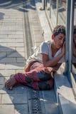 Мальчик попрошайки цыганский спит и просит милостыни стоковая фотография rf