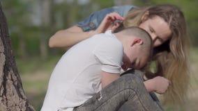 Мальчик портрета небольшой плачет и мать успокаивает ее сына outdoors Мама и сын отношения r сток-видео