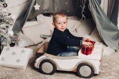 Мальчик портрета показывает коробки рождества с подарками стоковая фотография