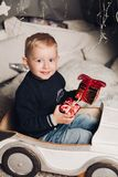 Мальчик портрета показывает коробки рождества с подарками стоковые фотографии rf
