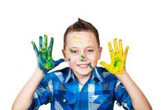 Мальчик портрета смазал руки в краске r стоковое фото rf