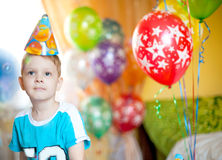 Мальчик празднует день рождения стоковое изображение