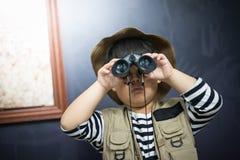 Мальчик приключения подготавливает камеру и бинокулярное Стоковые Фото