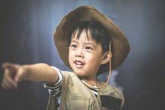Мальчик приключения подготавливает камеру и бинокулярное Стоковая Фотография