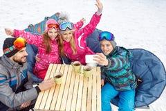 Мальчик принимая selfie семьи в кафе на местности лыжи Стоковая Фотография