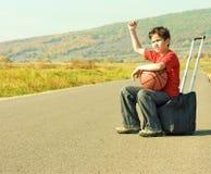 мальчик прицепляя меньшюю дорогу Стоковое Изображение