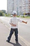 Мальчик прицепляя на дороге Стоковая Фотография