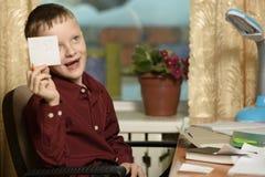 Мальчик работает в его офисе на персональном компьютере Держит ручку Стоковые Фотографии RF