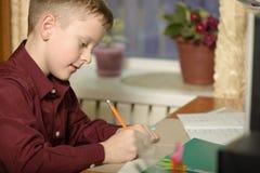 Мальчик работает в его офисе на персональном компьютере Пишет te Стоковые Фото