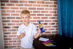 Мальчик работая с микроскопом для изучать микробы стоковое изображение