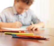 мальчик расквартировывает уроки Стоковая Фотография