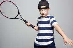 Мальчик ребенка играя теннис Дети спорта стоковое изображение rf