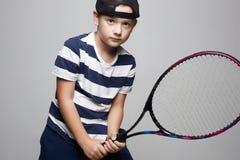 Мальчик ребенка играя теннис Дети спорта стоковые изображения rf