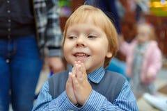 Мальчик ребенка конца-вверх прося игрушка стоковые изображения rf