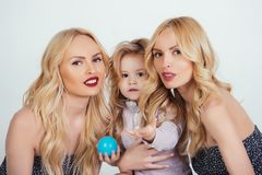 Мальчик ребенка малые и женщины близнецов, родственники стоковые изображения rf