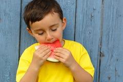 Мальчик ребенк ребенка есть курорт экземпляра copyspace лета арбуза стоковое фото rf
