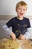 Мальчик режет вне печенья Стоковые Фото