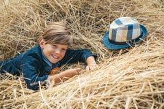 Мальчик рекламирует натуральные продучты Мальчик рекламирует одежды детей на осень Портрет жизнерадостного мальчика стоковое фото