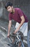 Мальчик ремонта велосипеда стоковое фото