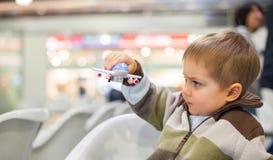 мальчик самолета меньшяя игрушка стоковое изображение rf