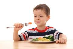 мальчик сварил овощи стоковая фотография rf
