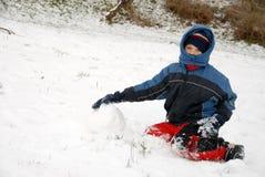 мальчик сидит детеныши зимы времени снежка Стоковое Изображение