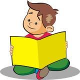Мальчик сидит изучать стоковое фото