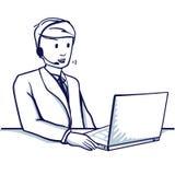 Мальчик сидит на таблице, перед компьтер-книжкой, он вспомогательное обслуживание работы с клиентом Стоковые Фото