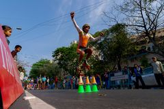 Мальчик скача пока кататься на коньках ролика стоковые фото