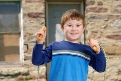 мальчик скачет веревочка Стоковые Изображения