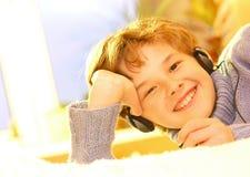 мальчик слушает нот к Стоковые Фотографии RF