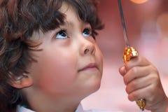 мальчик смотря вверх детенышей Стоковые Изображения RF