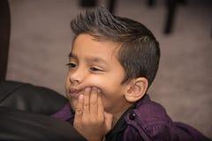 Мальчик смотря к правильной позиции Стоковое Фото