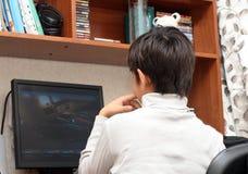 мальчик смотря таблицу монитора к Стоковое Фото