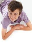 мальчик смотря усмедущся вверх стоковое изображение
