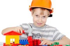 мальчик собирает конструктора Стоковое фото RF
