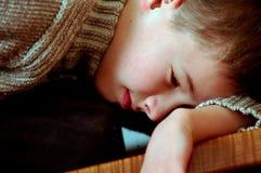 мальчик сонный стоковые изображения rf