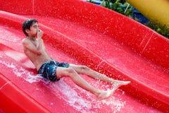 Мальчик сползая на водные горки Стоковая Фотография RF