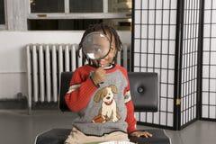 мальчик стеклянный немногая увеличивая стоковое изображение rf