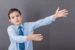 Мальчик стоя около классн классного Стоковая Фотография