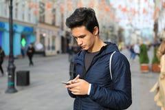 Мальчик студента используя цифровой планшет или мобильный умный phon стоковые фотографии rf