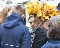 Мальчик с вспугнутым взглядом между группой в составе подросток стоковое фото rf