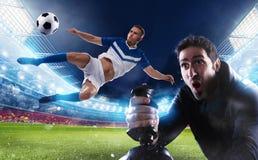 Мальчик с играми кнюппеля с видеоигрой футбола стоковые изображения rf
