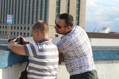 Мальчик с камерой и человек стоковые фотографии rf